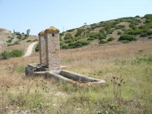 http://www.decrescita.com/news/wp-content/uploads/2013/10/Foto-1-Pozzo-costruito-nel-1901-con-vasche-per-abbeverare-gli-animali-e-al-centro-il-lavatoio-300x225.jpg