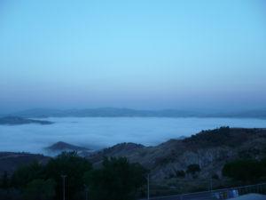 Foto 10 La valle completamente coperta da una nebbia fitta e bianca
