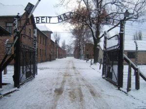 1280px-Auschwitz_I_entrance_snow
