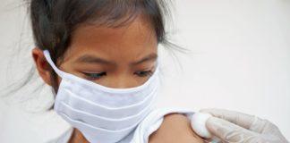bimba che si vaccina